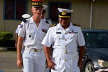 Le Général Luc du Perron de Revel, commandant supérieur des forces armées de la Nouvelle-Calédonie (FANC), et le Commandant en chef de la marine fidjienne, le Capitaine John Fox. (Crédit photo : Ambassade de France à Fidji)