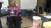 Un tétraplégique actionne un bras artificiel par la pensée