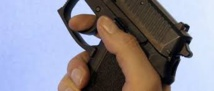 Une Russe prend un selfie avec un pistolet et appuie sur la détente