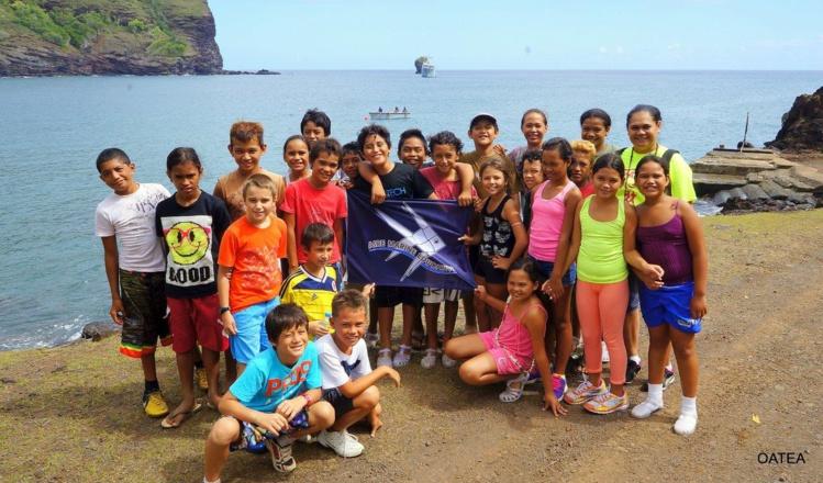 Le patrouilleur Arago conduit 280 enfants à la découverte des AME marquisiennes
