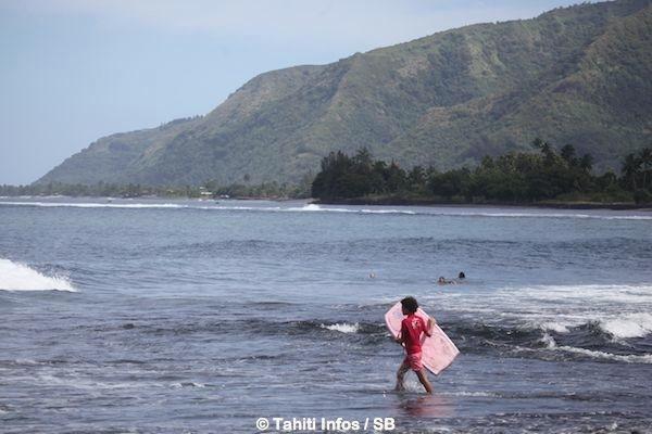 C'est à l'embouchure de la rivière que les enfants aiment s'amuser dans les vagues.