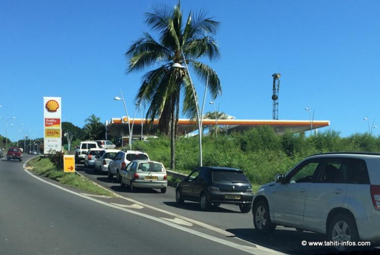 Une queue de plus en plus longue touche toutes les stations-service de Polynésie. Ici sur la RDO.