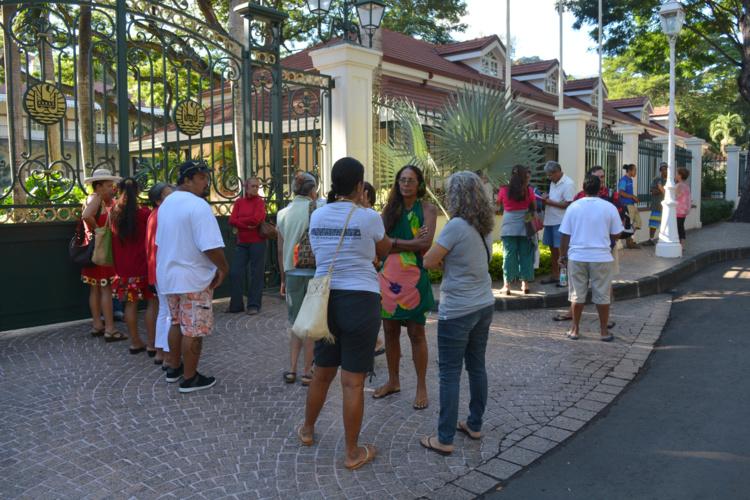 Devant le portail de la Présidence, mardi matin, alors que les présidents d'associations de protection de l'environnement étaient reçus par le gouvernement