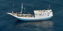 """Le capitaine et les membres de l'équipage d'un bateau de passeurs auraient reçu chacun chacun """"5.000 USD (4.400 euros) dans des sachets en plastique séparés"""" pour retourner en Indonésie."""