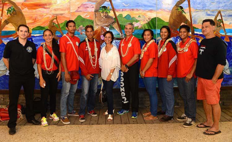 La ministre de l'Education Nicole Sanquer-Fareata est allée lundi soir à l'aéroport de Tahiti Faa'a pour encourager la délégation tahitienne au moment de son départ.