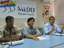 De gauche à droite : Stanley Ellacott, vice-président du cluster maritime, Gérard Siu, président du cluster maritime et Sylvain Mullenheim, directeur général du groupe DCNS (énergies marines).