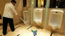 Un Japonais se débarrasse des cendres de sa femme détestée dans les WC d'un supermarché
