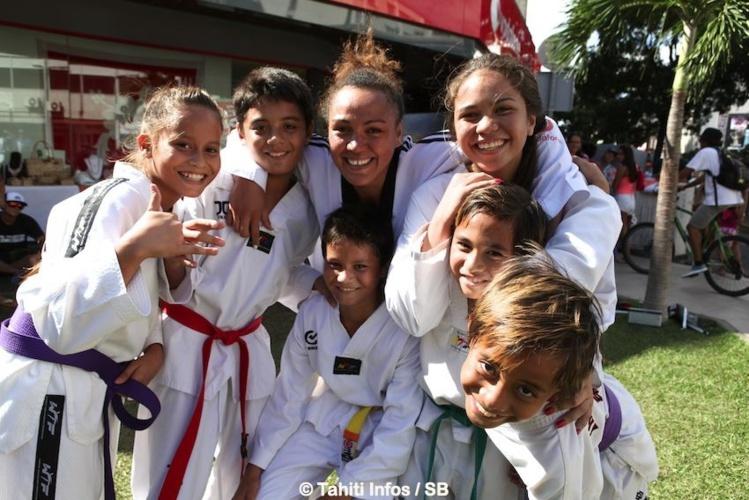 Anne Caroline avec les enfants du club de Manu Ura à Paea