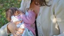 Une Australienne tatouée gagne son combat judiciaire pour allaiter