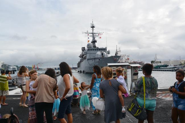 Le Prairial s'apprête à s'amarrer au quai de la base navale de Papeete. Après trois mois de séparation, les familles sont impatientes.