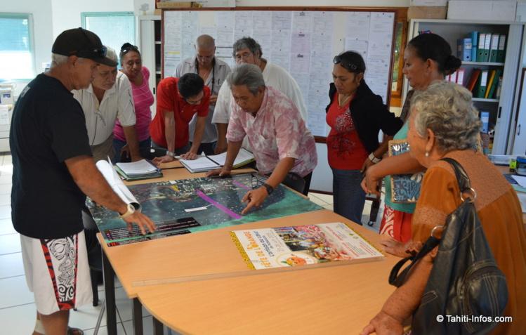 Les associations sont allées consulter l'enquête d'utilité publique du Mahana Beach à la mairie. Le plan des expropriations et le cahier des doléances ont particulièrement retenu leur attention