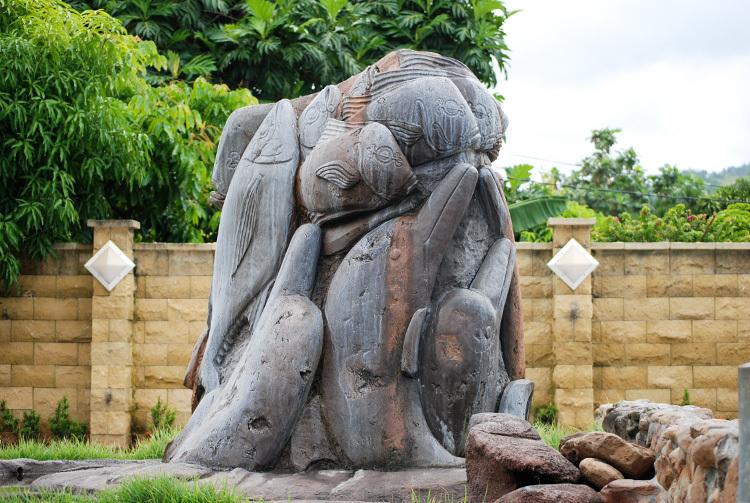 Cette grande sculpture qui représente la légende de Umu Pa'ura a été réalisée en avril 2009 par Jonathan Mancarelli, à la demande d'Antonio Mataoa et des propriétaires des lieux.