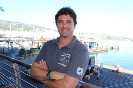 Nicolas Buray est spécialiste des requin. Diplômé de l'École pratique des hautes études, il est le créateur de l'observatoire des requins de Polynésie (ORP).