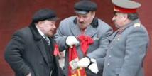 Au pied du Kremlin, Staline s'en prend à Lénine à coups de parapluie