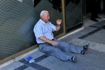 Un financier australien tend la main au retraité grec qui pleure, ami de son père