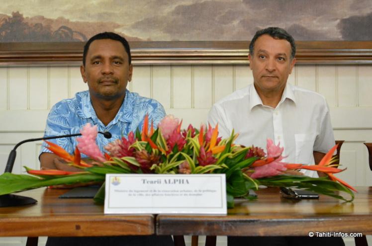 Tearii Alpha, ministre du Logement, Mahieddine Hedli, directeur à l'Outre-mer de l'Union Sociale pour l'Habitat.