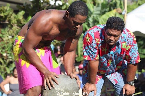 Marurai Peau, d'origine Tahitiano-caribéenne, remporte le concours du lever de pierre en 120 kg.