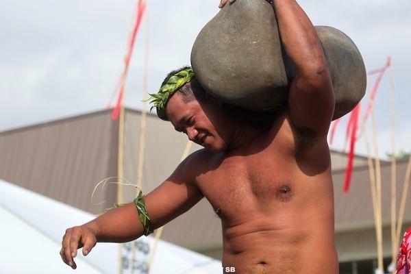 Eriatara Ratia, une 'force de la nature', ici avec 160 kg arrachés à la terre en 4 secondes.