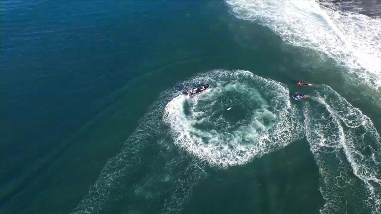 Surf pro - Championnat du Monde : Attaque de requin en pleine finale, la compétition arrêtée.