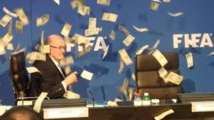 Fifa - Les (faux) dollars pleuvent sur Blatter