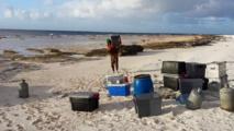 Le matériel descendu du bateau (Photo : Roberto Luta)