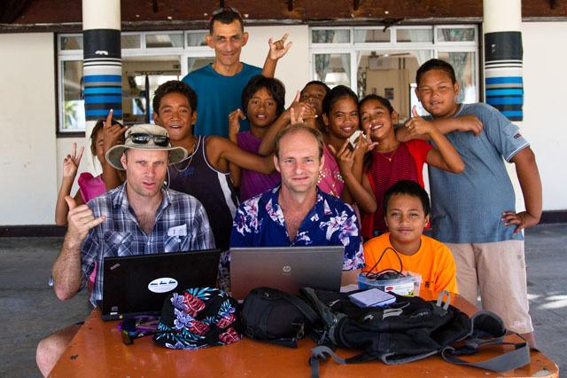 Des membres du projet avec des enfants des Tuamotu (crédit : Island Conservation)