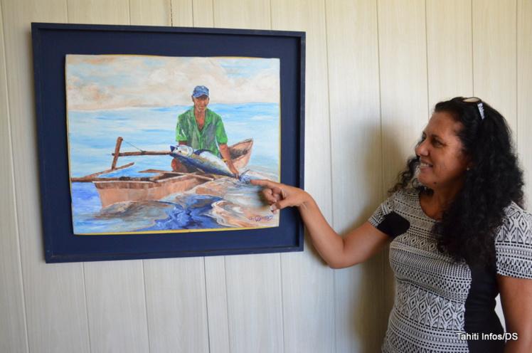 Valérie Prokop devant une toile de Gilbert Chaussoy, qui représente un pêcheur de thon dans une pirogue.