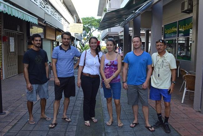 Hinatea Tama-Georges et Heifara Brothers (responsible de l'embellissement et espaces verts à la mairie) sont allés à la rencontre des commerçants pour organiser le grand nettoyage des dalles.