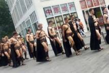 La police de Pékin repousse l'invasion des Spartiates