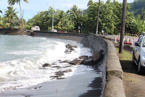 A Mataiea, la mer va grignoter la route, par dessous.