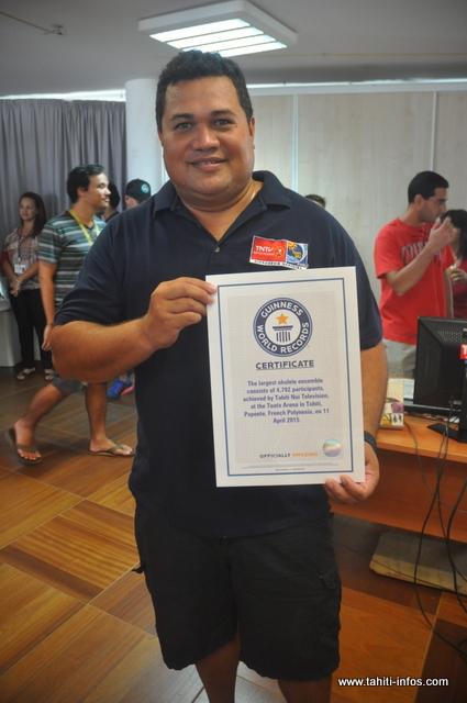 Emile Ariipeu, à l'origine de ce record du monde est fier de recevoir ce certificat qui représente énormément pour la Polynésie