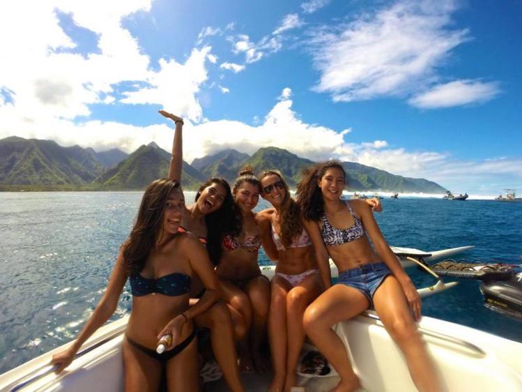 Teahupo'o Vibes entre copines, devant la vague mythique