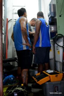 Les techniciens de l'OPT en train de raccorder Tahiti Info à la fibre.