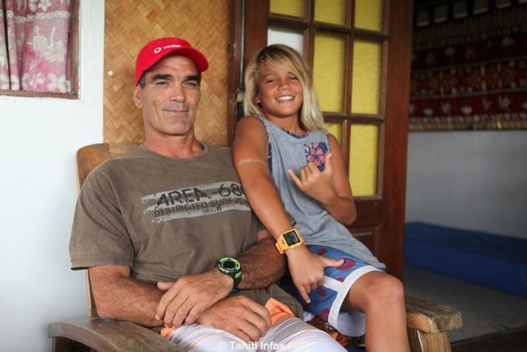 Vetea David et son fils cadet Haunui, chez lui, pendant l'interview.