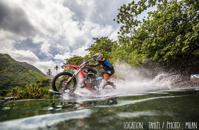Robbie Maddison surfe Teahupo'o avec une motocross.