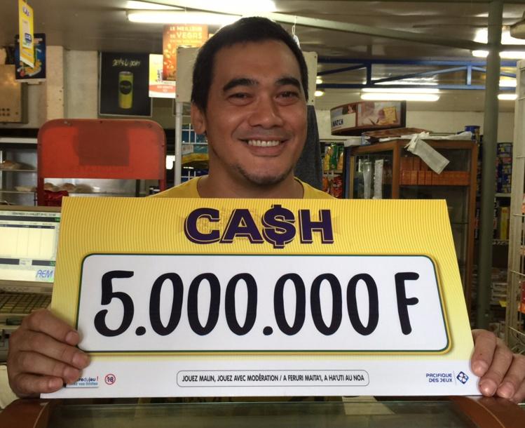 Le patron du magasin Maruia Jr de Papara heureux pour son client