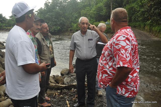 Le ministre de l'équipement s'est rendu sur le site de Tevaifaara afin de constater l'étendue des travaux à réaliser pour protéger les habitations