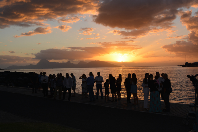 Les parents, les amis rassemblés au soleil couchant face à la mer et à Moorea ce samedi soir pour cette cérémonie du souvenir.
