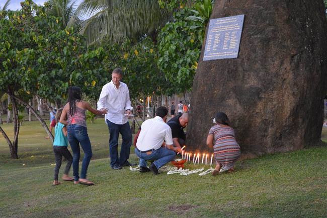 Des bougies allumées au pied de la stèle érigée pour les victimes du crash.