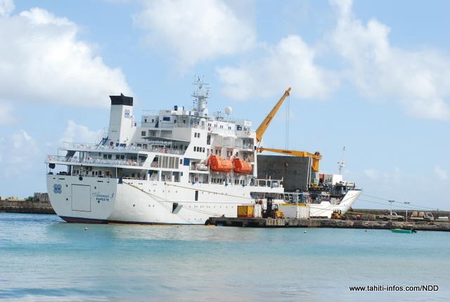 L'Aranui 3 en train de décharger des marchandises sur le quai aux Marquises