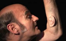 """Stelarc, l'artiste qui fait pousser une """"oreille"""" sur son bras"""" pour la connecter à internet"""