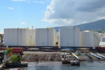 Vétusté des cuves, évolution des normes, extension de la ville de Papeete conduisent à la nécessité de déplacer l'actuel dépôt pétrolier de Fare Ute vers Motu Uta.