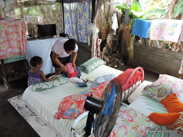 Rose et sa petite famille vivent dans une petite pièce ouverte de 15 m² environ, les lits à même le sable