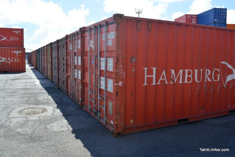 Les champs de containers à décontaminer attendent au port. Tous les containers répartis au niveau du sol attendent le traitement, et leur nombre a déjà dépassé la centaine.