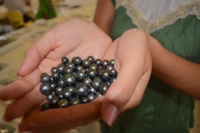 La perle met en moyenne 4h43 pour faire un tour complet dans son huître