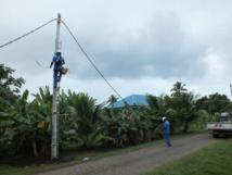 En octobre 2014, au vu de nombreuses installations électriques sauvages identifiées sur Mataiea, Secosud faisait procéder à la pose de poteaux neufs, notamment dans le quartier Tiaipoi (Photo d'archives TI).