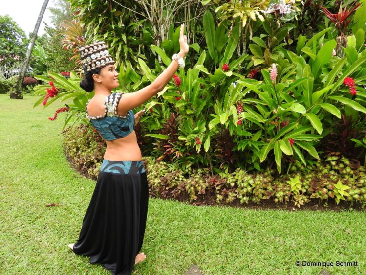 Sur notre photo prise chez Tumata Robinson, la danseuse Fenuaiti pose avec l'un des nouveaux costumes du spectacle.