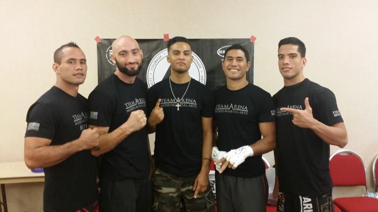 Tamahau à gauche, Teva et Raihere à droite, avec le Team Arena MMA.