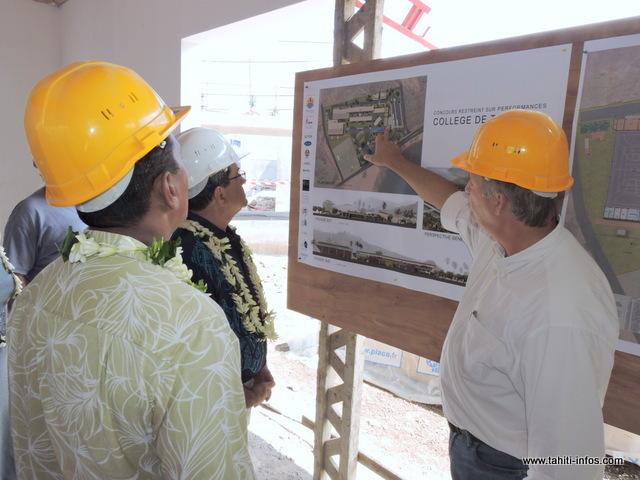 Le Pays a investi plus d'1,6 milliard Fcfp pour la construction du nouveau collège. L'architecte Pascal Beaudet rend compte au Président du Pays de l'avancée du chantier.