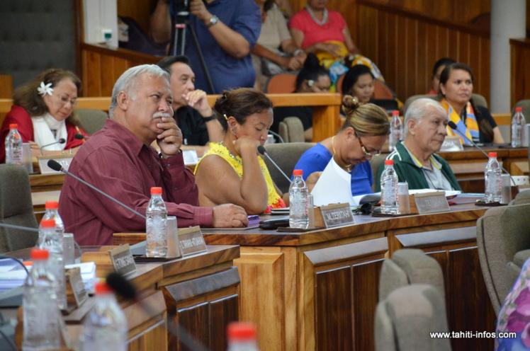 A l'assemblée de Polynésie, mardi matin, lors de l'examen du projet de loi du Pays sur l'organisation du transport interinsulaire. (Photo : Moehau Teriitahi, Lana Tetuanui, Sylvana Puhetini et Jacquie Graffe, dans les rangs du Tapura)